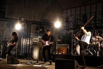 4人組バンド「NUMBER GIRL」の日比谷野外大音楽堂でのライブの様子 photo by 菊池茂夫