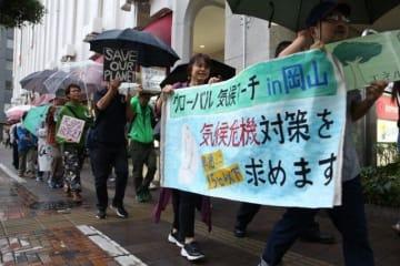 市役所筋をデモ行進する参加者
