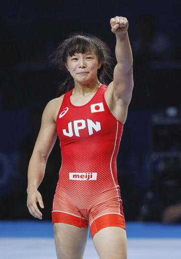 レスリング世界選手権の女子62キロ級3位決定戦で勝利し、喜ぶ川井友香子。東京五輪代表に決まった=20日、カザフスタン・ヌルスルタン(共同)