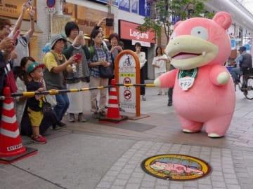 高松市の商店街で披露された「ポケふた」とヤドン
