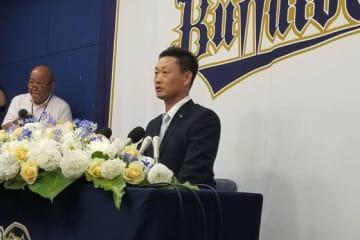 引退会見に臨んだオリックス・岸田護【写真:橋本健吾】