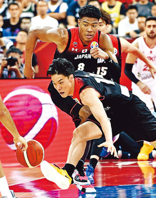 W杯の日本-トルコ戦でボールを狙う馬場(手前)と八村=1日、上海
