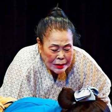 「寛一お宮」で熱演する仲田幸子=16日、沖縄市民会館