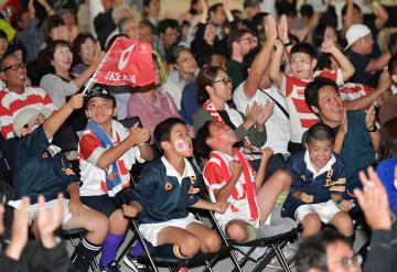 前半の日本代表の逆転トライに歓喜するラグビーファンたち=日立市役所、菊地克仁撮影