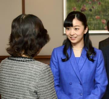 ハンガリーで暮らす日本人女性(左)と懇談される秋篠宮家の次女佳子さま=20日、ブダペスト(共同)