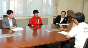 【櫻井市長(右手前)を表敬訪問した中山君(左から2人目)=亀山市役所で】