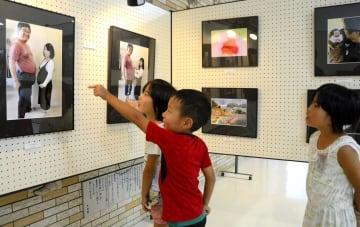 吉田公民館で開かれている「うまれる」をテーマにした写真展