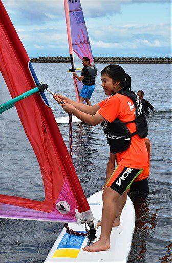 指導を受けながら初めてのウインドサーフィンを楽しむ参加者