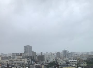 台風17号が最接近している那覇市内の様子=21日午前8時半ごろ