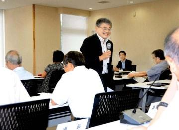 町議に問い掛けながら報酬や定数の考え方を説く江藤教授(中央)