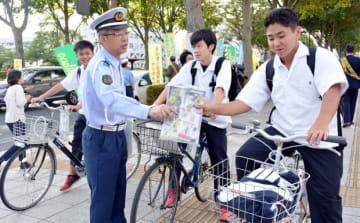 盛岡市中心部で生徒らに啓発チラシなどを配る交通安全関係者