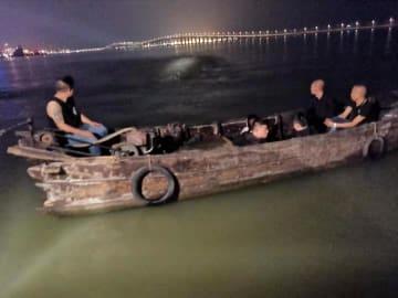 マカオ税関がタイパ島北部沖で発見した不審な木造ボートと密航者(写真:澳門海關)