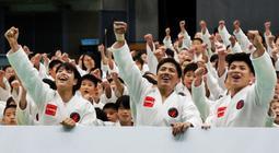 野村忠宏氏(前列中央)プロデュースの子ども向け柔道教室に参加した阿部一二三(同右)と詩(同左)兄妹=東京都足立区