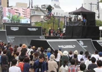 観客の声援を受けながら競技する選手=下石井公園