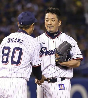 1回、引退試合の登板を終え、小川監督(手前)にねぎらわれるヤクルト・館山=神宮