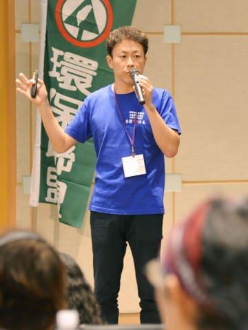 台北市で開かれた反原発の国際会議で講演する温泉旅館経営者の里見喜生さん=21日(共同)