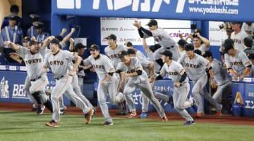 5年ぶりのセ・リーグ優勝を決め、ベンチを飛び出す巨人ナイン。中央奥は戸郷翔征投手=21日、横浜市・横浜スタジアム