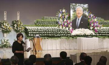浜松市で開かれた三井義広弁護士のお別れの会。左下はあいさつする娘の三井飛鳥弁護士=21日午後
