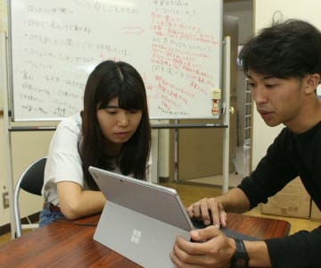 宇佐市安心院町の深見地区で地域づくりを学ぶ須藤珠里さん(左)