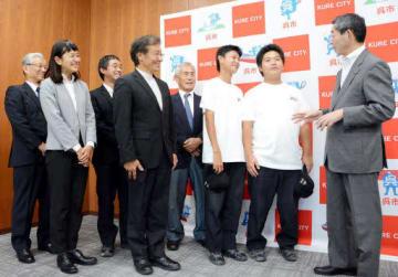 新原市長(右端)の激励を受ける中村さん(右から2人目)、木村さん(同3人目)たち学校関係者