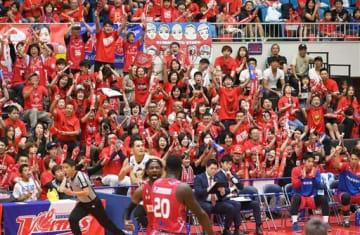 熊本ヴォルターズの開幕戦で得点に沸く観客たち=21日、熊本市西区の県立総合体育館(高見伸)