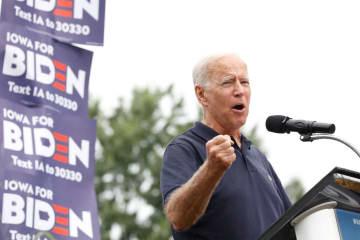 21日、米アイオワ州デモインの集会で演説するバイデン前副大統領(ロイター=共同)