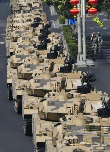 軍事パレードの予行演習のため、北京市内で待機する戦車などの装甲車両=21日(共同)
