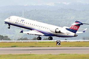 大阪・伊丹空港に向け飛び立つアイベックス便=21日午後0時40分ごろ、福島空港