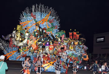 つがる市に初めて登場した八戸三社大祭の山車=21日午後6時45分ごろ