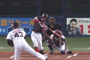 初回先頭打者本塁打を放ったソフトバンク・明石健志【画像:パーソル パ・リーグTV】