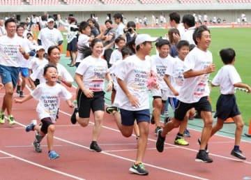 五輪選手と交流を深めた「オリンピックデーラン新潟大会」=21日、新潟市中央区