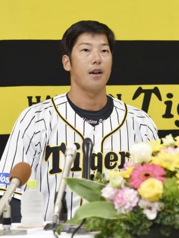 今季限りでの現役引退を表明する阪神の横田慎太郎外野手=22日、兵庫県西宮市の球団事務所