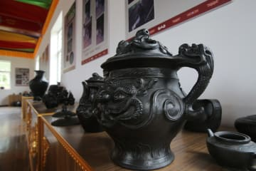 チベット族黒陶器で村民の増収を後押し 雲南省