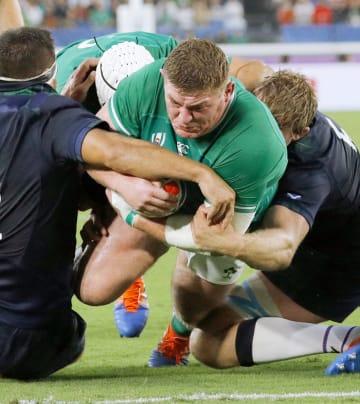 アイルランド―スコットランド 前半、トライを決めるアイルランドのファーロング=日産スタジアム