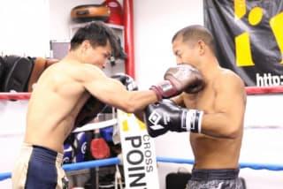 橋本(右)とスアレック(左)はパンチのみとはいえ本番さながらの激しいスパーを披露