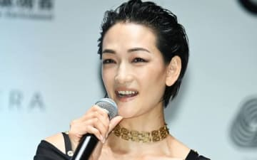 ショッピングイベント「VOGUE FASHION'S NIGHT OUT 2019」のセレモニーに出席した冨永愛さん