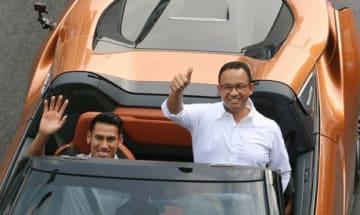 アニス知事(右)は、来年6月6日にジャカルタで「フォーミュラE」が開催されると発表した=20日(アンタラ通信)