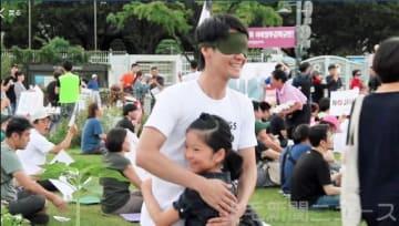 ソウルの反日集会会場で、目隠しをした桑原さんがフリーハグをする動画の一場面=8月