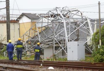 台風で停電相次ぎ、負傷も 宮崎で突風、鉄塔倒れる 画像