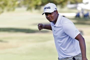 米男子ゴルフのサンダーソンファームズ選手権最終日、最終18番でバーディーパットを決め、任成宰とのプレーオフに持ち込んだセバスチャン・ムニョス=22日、ミシシッピ州ジャクソン(AP=共同)