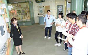 核燃料サイクルの仕組みを学ぶ高校生