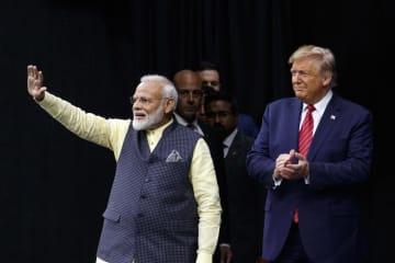 22日、米南部テキサス州ヒューストンで、登壇するトランプ大統領(右)とインドのモディ首相(AP=共同)