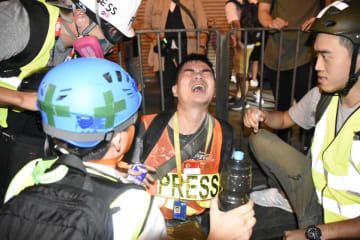 A journalist after being hit by pepper solution. Photo: Tam Ming Keung, Kaiser/USP United Social Press.