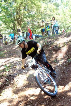 MTB愛好家グループが整備したトレイルコース。開設2周年のイベントで県内外からの参加者がレースを楽しんだ=三条市
