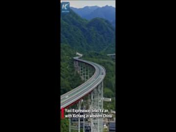 まるで大空をかける気分 雲の中の中国高速道路