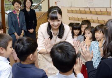 ブダペストの日本人学校を訪れ、児童らとハイタッチされる秋篠宮家の次女佳子さま=23日(共同)
