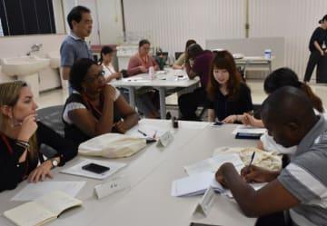 宮崎大医学部で本県の医療体制などについて学ぶ研修参加者ら