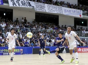 日本代表とタイ代表が熱戦を繰り広げたフットサルの国際親善試合=23日、長岡市のアオーレ長岡