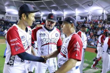 監督(右)、投手コーチ(中央)から勝利を祝福される久保康友【写真:球団提供】