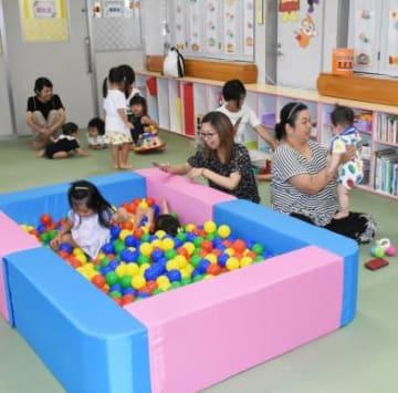 たからべ子育て支援センターで遊ぶ親子=曽於市財部